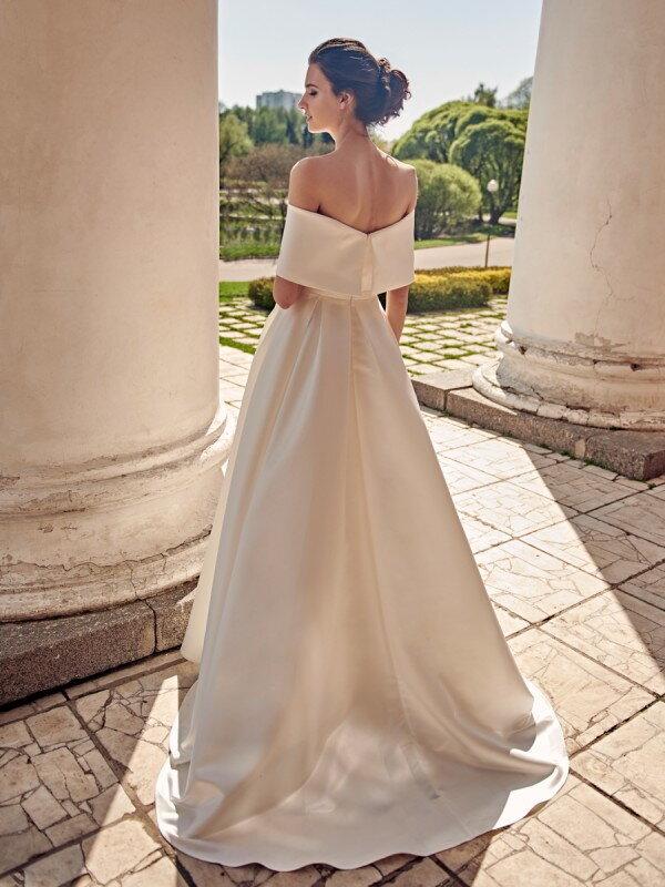 Необычное свадебное платье со шлейфом Stefani 678