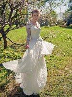 Греческое свадебное платье с кружевными рукавами