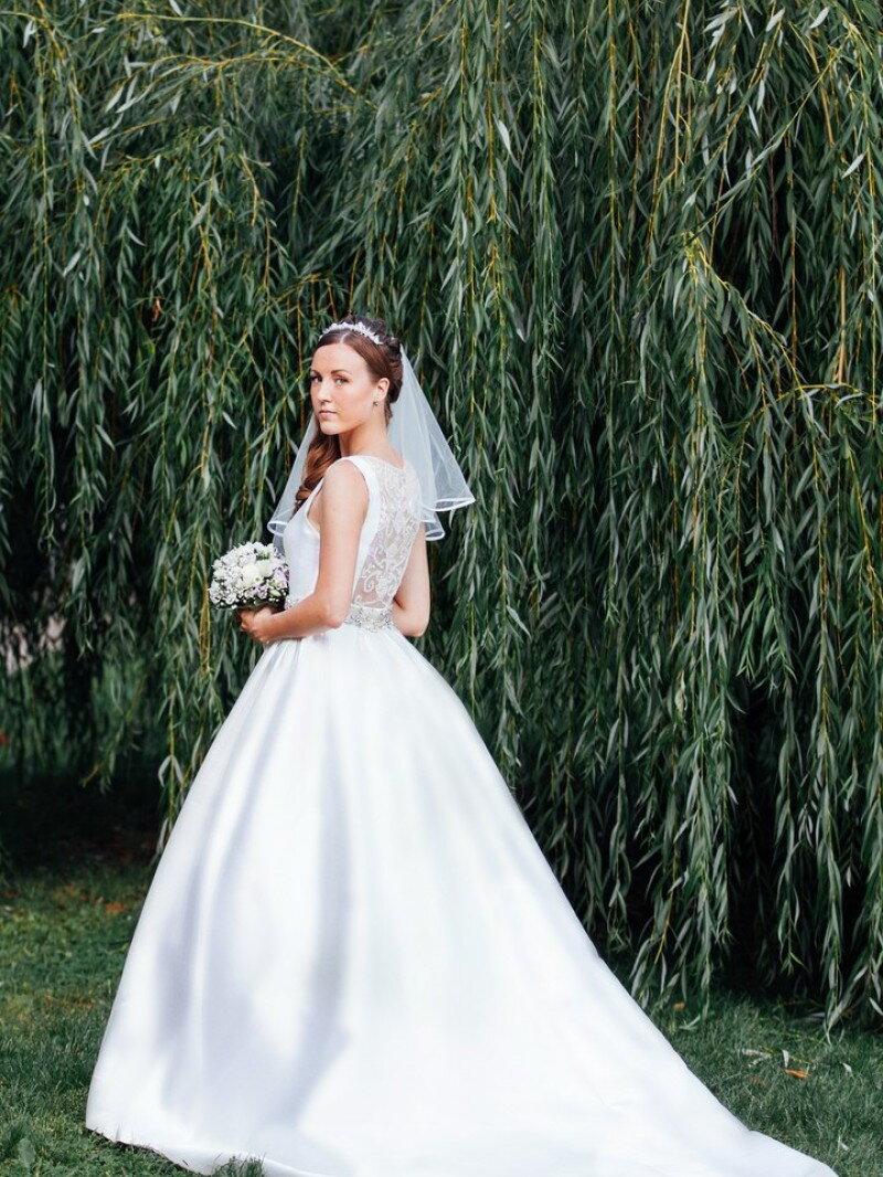 пошив расшитого атласного свадебного платья в стиле Roza Clara