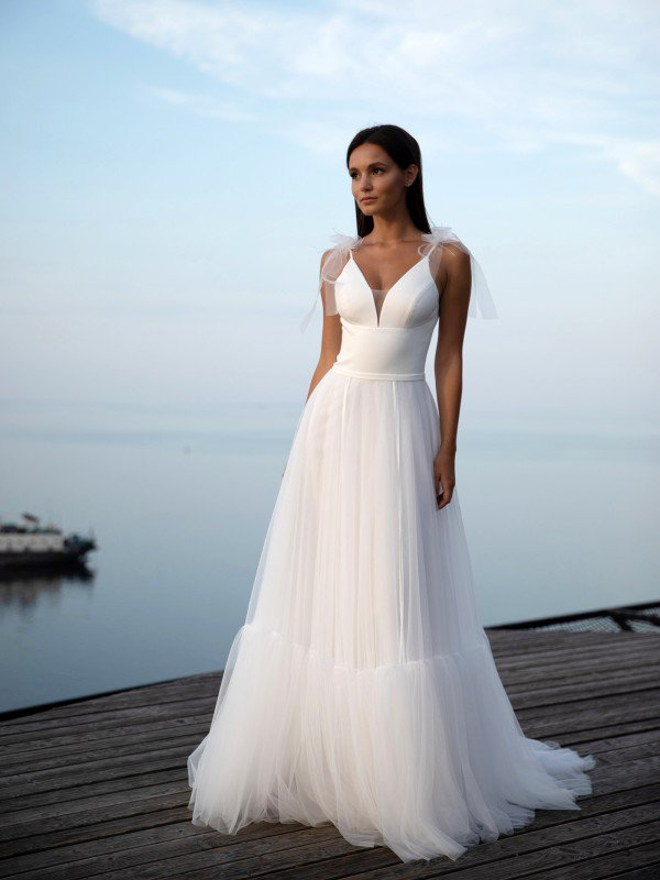 Длинное свадебное платье со шлейфом Alina 6822