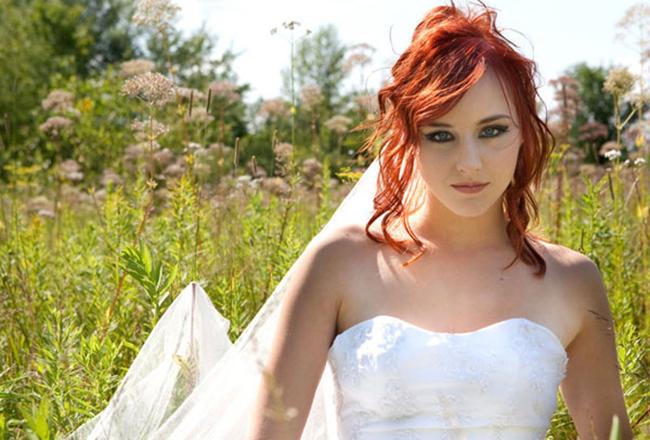 Свадебная прическа на рыжие волосы с цветами